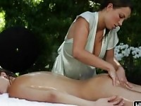 Malena Morgan in prachtige masseuse lesbische sex film in de openlucht.